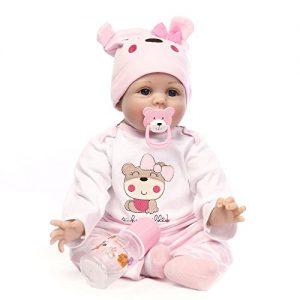 Questa reborn baby ha un lecca-lecca a forma di orsacchiotto.