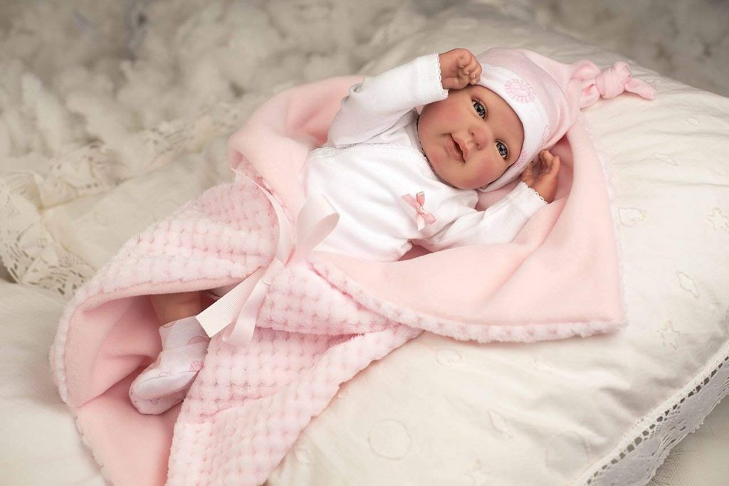 Questa bambola reborn Arias come un bambino vero viene fornita con una coperta.
