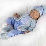Questo bambino reborn ha gli occhi chiusi, dorme tranquillo.